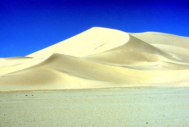 Povrch Saturnova měsíce připomíná pozemské pouště.
