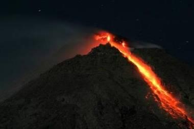 Z jávské sopky, která už tři týdny hrozí výbuchem, stéká žhavá láva.