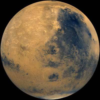 """""""Je to malý krok pro člověka, ale velký pro lidstvo."""" Těmito slovy komentoval Neil Armstrong první dotek lidské nohy s jiným vesmírným tělesem než s rodnou Zemí. Jakými slovy popíše svůj první krok astronaut, který vstoupí na povrch Marsu? A hlavně – kdy se tak vlastně stane?"""