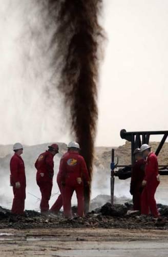 Experti dnes odhadují, že již v relativně blízké době (v roce 2030) klesnou zásoby ropy - základní suroviny pro výrobu nafty a benzínu - na hranici asi 8,5 % celkového dnešního množství. V letech 2050 - 2100 pak budou vytěžena všechna dnes známá ložiska ropy.