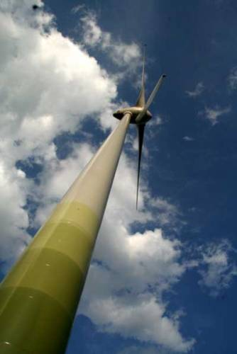 Nůžky mezi zásobami energetických surovin a energetickými potřebami lidstva se stále více rozevírají. Mohou tento nepříznivý vývoj zvrátit obnovitelné zdroje? Co třeba vítr?
