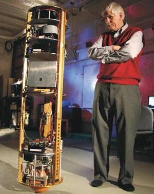 Vědci z Carnegie Mellon University v Pittsburghu vyvinuli nový typ androidního pomocníka, který se namísto kol nebo končetin pohybuje na kouli.