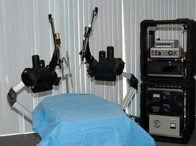 Automatická zařízení, která umožňují složité operace bez přímého kontaktu lékaře s pacientem, nejsou žádnou novinkou. Dosud však byla konstruována v rozměrech, jež znemožňovaly jejich využití v polních podmínkách.