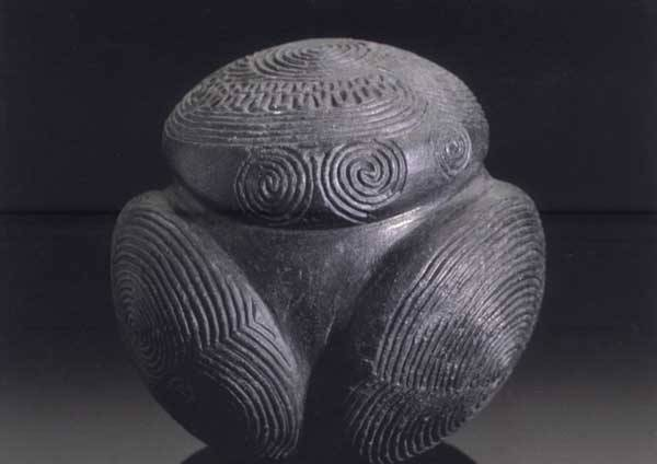 Jedním z pozoruhodných umělecky zpracovaných archeologických nálezů, jehož účel zatím neodhalily ani nejnovější výzkumy, jsou tzv. vyřezávané kamenné koule, známé pouze ze Skotska. Nikde jinde na světě se nevyskytují! Jejich vznik je stále zahalen tajemstvím.