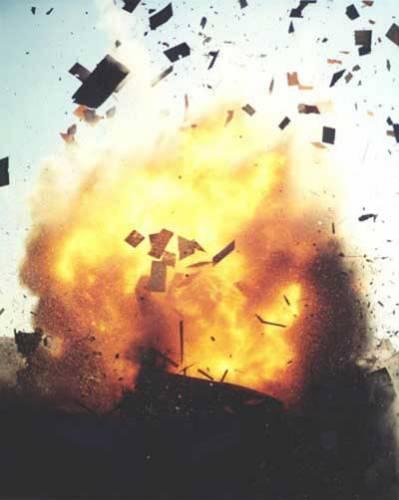 Výbuchy duní lidskými dějinami už dlouho –střelný prach (černý) objevili Číňané asi roku 1000, v roce 1232 již znali válečné rakety. Výbušniny čekala zlatá éra hlavně ve vojenství, ale i v dolech, lomech, při úpravách terénu… Jsou pochopitelně i středem zájmu moderní kriminalistické pyrotechniky.