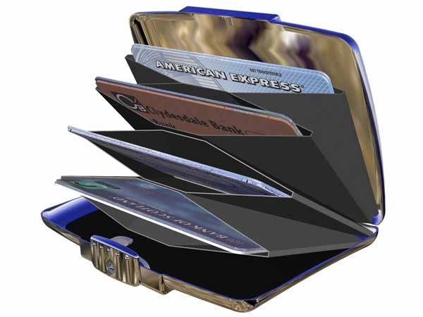 Bankovní karty, bankomaty, kódy PIN se staly už neodmyslitelnou součástí našeho života. Projdeme-li se po našich městech, snad na každém frekventovanějším místě dnes stojí bankomat a obvykle z něj někdo prostřednictvím karty vybírá hotovost. Kde se však všechny ty karty vlastně vzaly? A kam směřuje jejich vývoj?