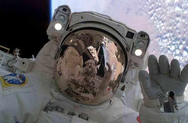 Kosmický skafandr je vlastně miniaturním světem, který musí poskytnout vše, co kosmonaut potřebuje k životu. Musí v něm být prakticky tytéž systémy k zabezpečení životních podmínek jako v kosmické lodi a chránit kosmonauta před životu krajně nepřátelským kosmickým prostředím. Navíc by měl být pohodlný.
