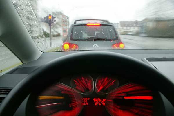 Na řidiče automobilu číhají ve stále houstnoucím silničním provozu stále složitější dopravní situace, které je třeba řešit. Je řidič vůbec schopen tyto stupňující se nároky bezpečně zvládat? Co nového pro něj konstruktéři chystají?