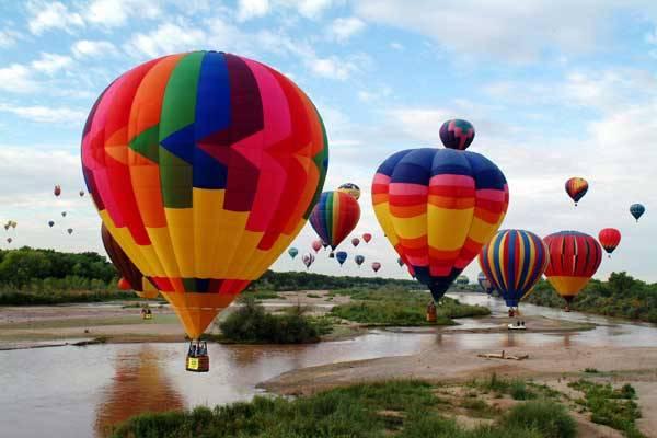 V Albuquerque v Novém Mexiku ve Spojených státech, se každoročně koná největší slet horkovzdušných balonů na světě. Není to však jen pastva pro oči, ale množství různorodých vzdušných plavidel je současně i  přehlídkou technického řešení a umu vzduchoplavců.