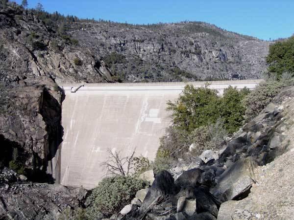 Když v roce 1923 zmizelo kalifornské údolí Hetch Hetchy pod hladinou přehradního jezera, bylo to pro jedny geniálním vodohospodářským dílem, pro druhé smrtelný hřích spáchaný na přírodě. Nyní by se to všechno mohlo změnit!