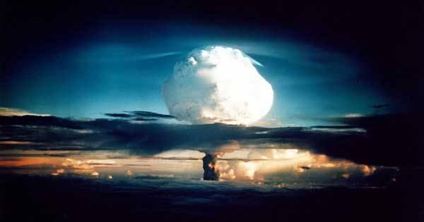 Již více než 60 let ví naše civilizace, co dokáže jaderná bomba. Naučila se s ní žít, i když přinejmenším jednou v historii stálo lidstvo na pokraji jaderné katastrofy. Jaderná puma dnes už ale nemusí být jen výsadou armád. Stále více expertů varuje, že se této zbraně mohou zmocnit teroristé.