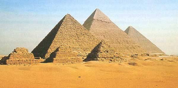Když se řekne Egypt, jako první se nám do mysli většinou vetřou pyramidy, tedy stavby, která kromě monumentálnosti neplní ve světě živých lidí žádný praktický účel. Kde však starověký stát po desítky staletí bral prostředky a síly na jejich budování?