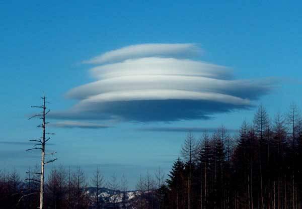 Jsme ve vesmíru sami? Tato otázka hlodá v myslích mnoha lidí. Leckdo je přesvědčen, že mimozemský život stoprocentně existuje a jeho prokázání zasvětil celý život. Jasným důkazem existence mimozemšťanů mají být neidentifikovatelné létající předměty – tzv. UFO.