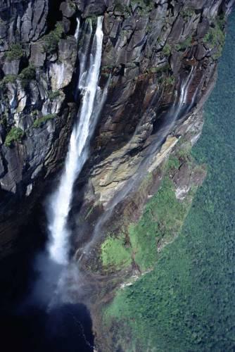 Venezuelský vodopád Salto Angel je se svou výškou 979 m nejvyšším vodopádem světa. Kapce vody tu trvá téměř 15 vteřin, než dopadne dolů.