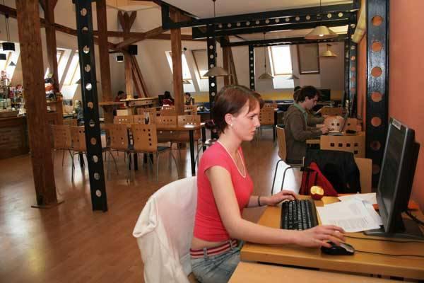 Využívají Češi dostatečně internet? Obstojí tištěné noviny v konkurenci počítačové sítě? A dokáže pomoci internet v boji proti závislostem? Na tyto otázky se v pravidelné rubrice 21. STOLETÍ pokusíme odpovědět.
