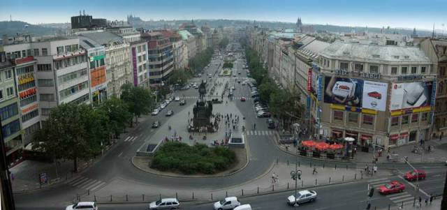 """Pražské Václavské náměstí není náměstím v pravém slova smyslu. Populární """"Václavák"""" je v podstatě bulvár, podobný těm, kterými je protkána Paříž. Je dlouhý 750 metrů a široký v průměru 54 metrů."""