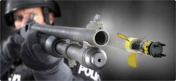 Horkou novinku očekávají zásahové jednotky americké policie a armády do výzbroje už příští rok. Jde o elektronický taser XREP, jehož projektil je schopen zneškodnit útočníka až na vzdálenost 40 metrů.