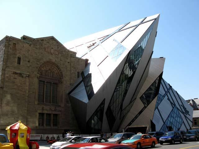 V loňském roce se kanadskému Torontu dokonale změnilo panorama. Postarala se o to realizace skvělého a zpočátku i kontroverzního architektonického návrhu proslulého architekta Daniela Libeskinda, jím byla dostavěna historická budova Královského Ontarijského muzea.