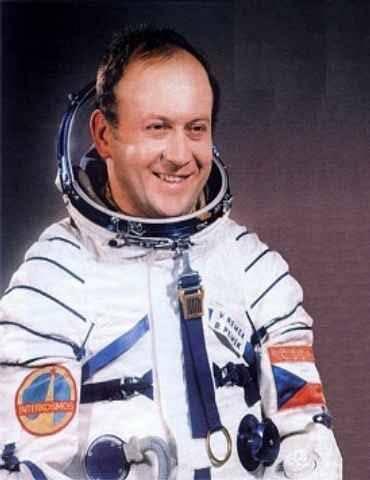 Ač se tomu nechce věřit, 2. března před 30 lety odstartoval do vesmíru první a dosud jediný Čech. Od roku 1978 se do kosmického prostoru podívalo tolik mezinárodních posádek, až se staly běžnou součástí našeho života. A zapomínáme, že dveře do vesmíru jim otevřel kluk od Českých Budějovic, dnes plukovník v.v. Vladimír Remek. Tehdy jsme se stali třetí zemí světa, která měla svého kosmonauta.