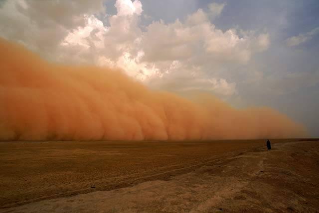 Písečné bouře jsou jedním z děsivých nástrojů pozemské přírody, jimiž ukazuje člověku, kdo je tady vládcem. Přímo se s nimi většinou jen obyvatelé pouštních oblastí v Africe, Asii a v Americe.