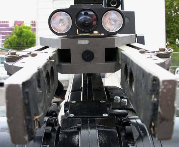 Možnosti, jak využít roboty, jsou v podstatě neomezené. Roboti hrají fotbal i na housle, obsluhují benzinové pumpy, ba dokonce fungují i jako sommeliéři. Nyní pro ně padla další bariéra – mohou být využiti i jako osobní strážci.