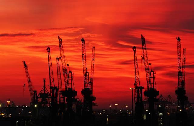 Hamburský přístav je jedním z nejdůležitějších dopravních uzlů na starém kontinentu. Vždyť v kategorii kontejnerových přístavů mu patří stříbrná pozice hned za nizozemským Rotterdamem. Ač je od moře vzdálen celých 120 kilometrů, mohou do něj připlouvat i ty největší obchodní lodě.