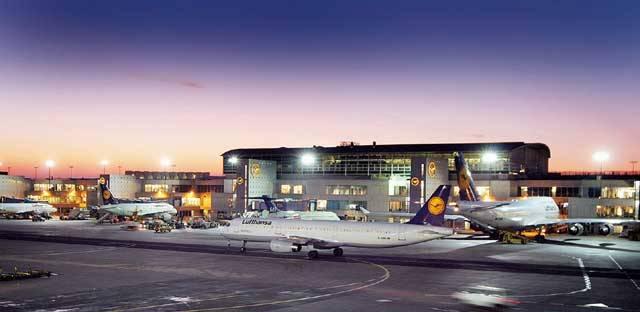 Jsme na letišti ve Frankfurtu nad Mohanem a nad hlavou nám nepřestávají hučet motory letadel. Není divu – zdejší rušnou letištní halou projde ročně na 53 milionů pasažérů, tedy pětkrát víc, než je obyvatel naší republiky. Díky tomu si zdejší letiště drží třetí evropskou příčku – po londýnském Heathrow a letišti Charles de Gaulle v Paříži.