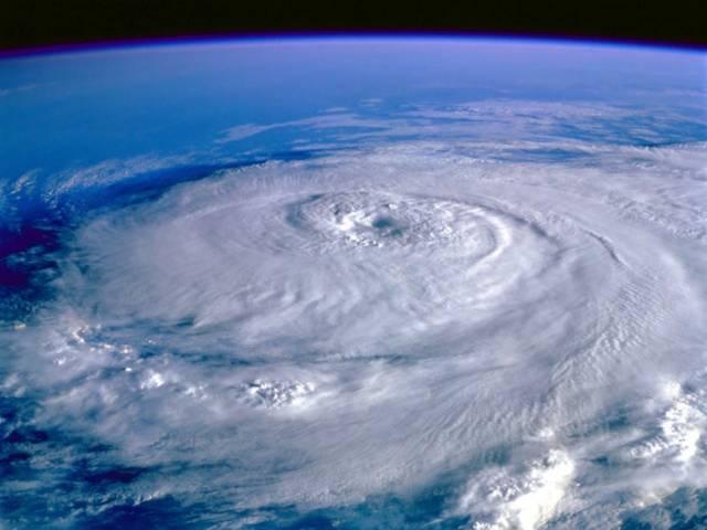 Hurikány patří k nejničivějším přírodním katastrofám. Každá vláda by uvítala sebemenší naději, že lze těmto živelným katastrofám zabránit. Vědci proto pilně studují mechanismy, jimiž hurikány vznikají a zdá se, že jsou na stopě objevu, který by mohl dopad větrných smrští alespoň zmírnit.