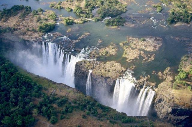 Řeka Zambezi se na hranicích mezi jihoafrickými státy Zambie a Zimbabwe najednou propadá do 140metrové hloubky, na dno úzkého kaňonu. Její impozantní šířka 1700 metrů se v jeden okamžik srazí na pouhých 130 m. Z poklidného veletoku se stává zuřící živel, nekompromisně spoutaný strmými stěnami rokle. To jsou Viktoriiny vodopády.