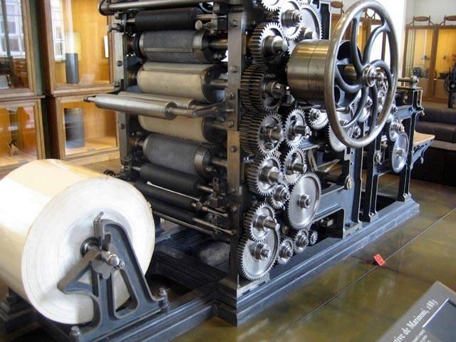 Za skutečného vynálezce rotačního tisku je považován Francouz Hyppolyt August Marinoni (1823–1904). Svůj první rotační tiskařský stroj, který znamenal převrat v rychlosti tisku, postavil v roce 1866.