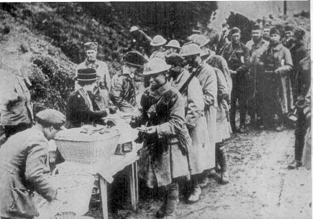 """Tomuto historickému dni se říká """"den u tří jedenáctek"""", neboť jde o jedenáctou hodinu dopolední jedenáctého dne v jedenáctém měsíci – jinak řečeno 11. listopadu 1918 – kdy dochází ke kapitulaci německých ozbrojených sil."""