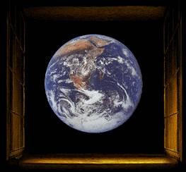 Představa, že Země tvoří přirozený střed vesmíru stará jako lidstvo samo. K dokonalé vědecké harmonii přivedl tuto teorii ostatně již Aristotelés ve čtvrtém stol. př. n. l. Opačná představa se ve vědě prosadila až v šestnáctém století díky dílu Mikuláše Koperníka. Důkaz pro to, že Země skutečně nemá ve vesmíru privilegované postavení se však neshání úplně snadno.