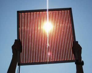 Většina využitelné energie má jeden původ – pochází se světla a tepla, které na zemský povrch dopadá díky našemu Slunci. Je proto jen logické, že začít s přímým využívám právě tohoto zdroje by mělo být nejekonomičtější. V honbě za nejefektivnějším slunečním článkem došlo v nedávné době k dalšímu významnému pokroku.