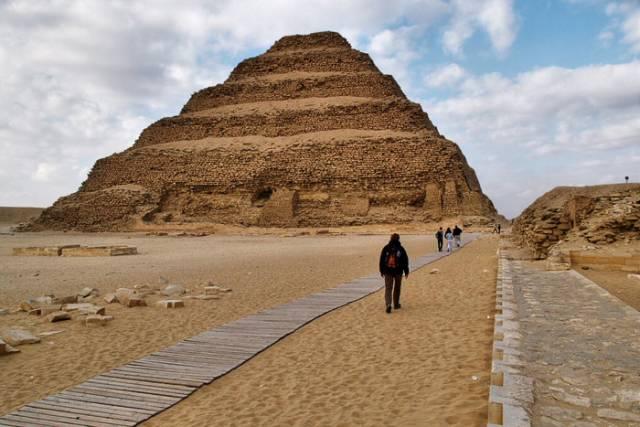 Jméno vesničky Sakkára, která leží asi 30 kilometrů jižně od Káhiry, většině lidí nenapoví mnoho. Archeologům z cechu egyptologického však zní podobně, jako Miláno vyznavačům módy nebo Praha milovníkům architektury. Na této významné egyptské lokalitě došlo v nedávné době k dalšímu rozsáhlému objevu.