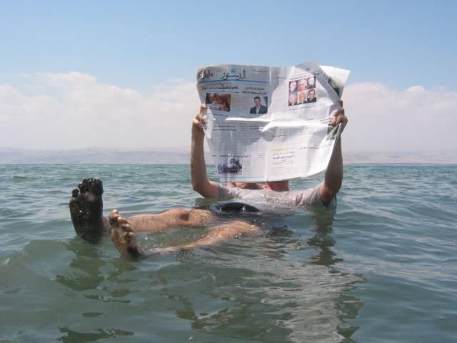 Mrtvé moře, které tvoří hranici mezi Izraelem a sousedním Jordánskem, se začíná dostávat do pořádných problémů. Během posledních 30 let z něj zmizelo 14 kubických kilometrů vody. Vědci proto začínají zvažovat varianty, jak toto vzácné jezero zachránit před úplným zmizením.