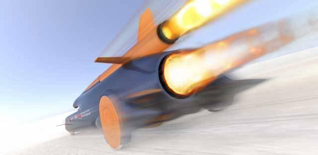 Píše se rok 2011. Do kokpitu vozu, který spíše připomíná kosmický modul, usedá odvážný řidič. Je jím pilot britského královského letectva Andy Green. Před sebou má výzvu – se svým futuristickým vozem hodlá překonat hranici 1000 mil za hodinu (1609 km/h).</p><p> Ustanovil by tak světový rekord v jízdě po zemském povrchu.