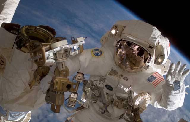Poznat, jaké to je být astronautem a pracovat na Mezinárodní vesmírné stanici, to je klukovský sen mnoha z nás. Pravdou však je, že půlroční pobyt na Mezinárodní vesmírné stanici, obíhající ve výšce 360 km nad zemí, představuje pro lidský organismus značnou zátěž, což má své neblahé následky na zdraví astronautů. 21. STOLETÍ se podívalo zblízka na zdravotní rizika, číhající na astronauty při dlouhodobých kosmických letech.