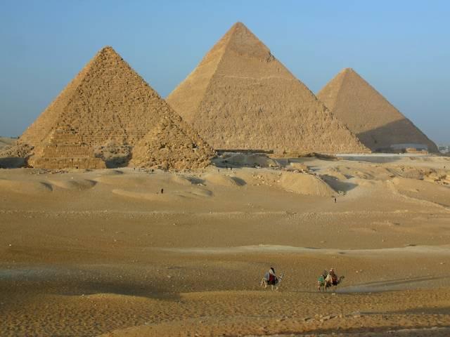 Pyramidy, hrobky dávných egyptských vládců - faraonů, ještě zdaleka nevydaly vědcům všechna svá tajemství. Ačkoliv by většina z nás očekávala, že ta největší se skrývají hluboko v jejich nitru, nemusí tomu být vždycky tak. Podle nové a provokativní studie mělo totiž svůj význam i to, jak byly pyramidy natočeny jak vůči sobě, tak vůči dalším bodům, které hrály v životě Egypťanů významnou roli.