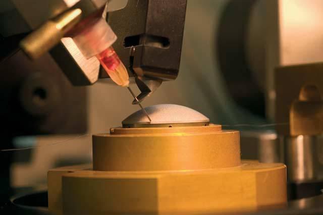 Diamant – už jen to slovo září! Tato zvláštní forma krystalického uhlíku je již po tisíciletí vyhledávána pro svou tvrdost, lesk a nádherný třpyt. Přestože jeho hlavní oblastí využití je stále šperkařství, jeho tvrdost je velkým lákadlem i pro inženýry – diamant se prostě hodí všude tam, kde je zapotřebí obrovská tvrdost.