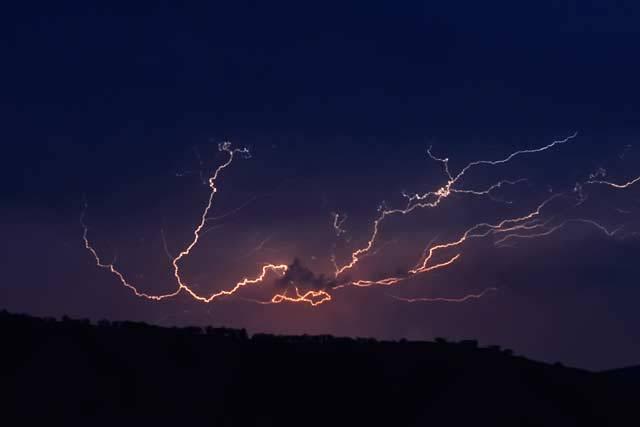 Blesky byly kdysi pro člověka hlasem některého z bohů či přímo výrazem jeho hněvu. Dnešní člověk už vidí jen prostý a zákonitý atmosférický jev. Věda má jasno.