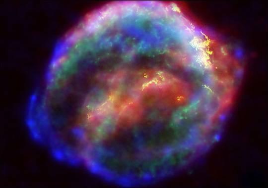 Děje a objekty, které pozorují astronomové, jsou zprostředkovány světlem. To však cestuje s konečnou rychlostí a někdy může trvat milióny až miliardy let, než k nám doletí. Při pozorování vesmíru se tedy vlastně dívají zpět v čase a proto jsou ty nejvzdálenější objekty těmi nejstaršími. Platí to i pro nedávno objevenou obří supernovu.