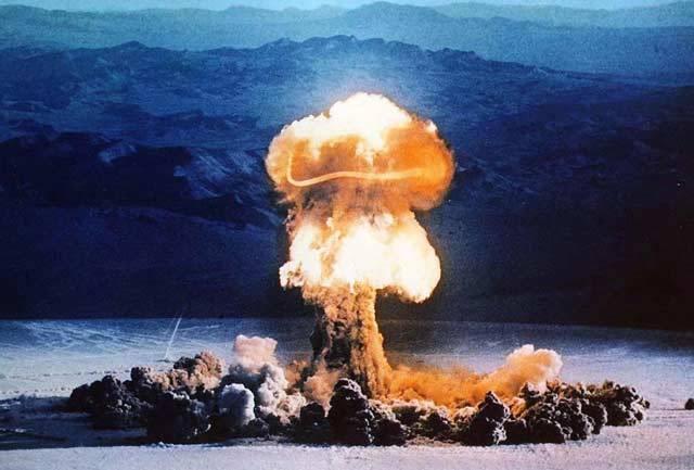 Jaderná bomba. Jedna z nejhrozivějších zbraní, které kdy člověk vyrobil. Proto je nutné, aby mezinárodní společenství mělo dohled nad jaderným programem kterékoliv země. Jenže ne vždy tomu tak je, ba co víc – občas se nějaká jaderná hlavice ztratí.