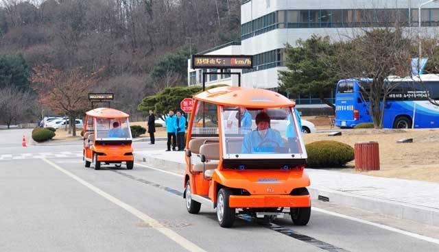 Nebylo by to pro řidiče příjemné? Žádné zajíždění k benzinovým stanicím nebo dokonce čekání u nich. Pohonná energie by se čerpala přímo z vozovky. S něčím takovým jsme se dosud mohli setkat jen ve sci-fi. Ale v Jižní Koreji už vznikají plány, jak tuto myšlenku uvést do praxe.