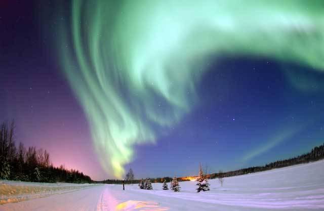 Nádherné světelné úkazy na obloze, zvané polární záře, vznikají ve vysoké atmosféře vlivem zvýšené aktivity Slunce. Při velkých slunečních erupcích (protuberancích) se mrak částic slunečního větru, v podobě protonů, elektronů a alfa částic, dostává až do zemské atmosféry a stáčí se po spirálách k magnetickým pólům Země.