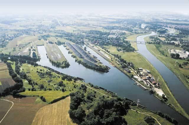 Není mnoho projektů, o kterých se mluví stovky let, a přitom konkrétní práce na nich ještě pořádně nezačaly. Jedním z nich je poněkud kontroverzní propojení tří řek a tří moří: Labe, ústícího do Severního moře, Odry, ústící do moře Baltského, a Dunaje, který se vlévá do moře Černého.!