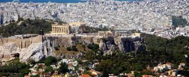 Sochy antických mistrů byly vytesány ze svítivě bílého mramoru, dokonce možná rovnou bez rukou a hlavy. Tak asi většina z nás vnímá antické umění, které mnozí považují za vzor a ideál veškerého umění vůbec. Nic však nemůže být dále od pravdy. Řecké i římské sochy byly většinu krásně barevné. Vědci nedávno nalezli zbytky barev i na sochách z aténského Parthenonu.
