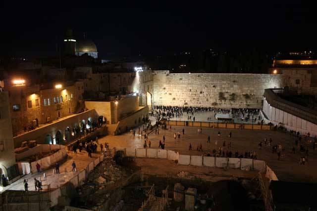 Kdo by neznal jeruzalémskou Zeď nářků. Poutníci z celého světa k ní míří a mezi její více než 2000 let staré kameny vkládají na papírcích svá nejtajnější přání. Kdoví, možná se náměstí před zdí, které je považovánu za synagogu, a proto je zde nutná pokrývka hlavy, poněkud vylidní. Své modlitby je totiž k posvátnému místu nyní možné poslat i přes internet.