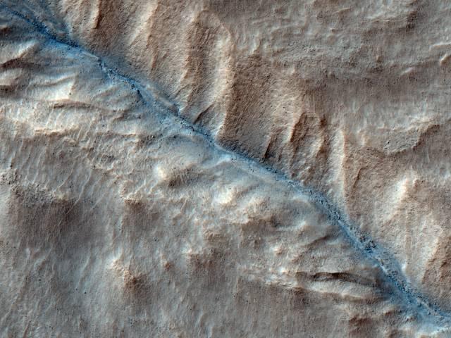 Americká vesmírná agentura NASA nedávno uvolnila sérii snímků, které v průběhu srpna a září letošního roku pořídil kompaktní průzkumný zobrazovací spektrometr, umístěný na družici, kroužící 300 kilometrů nad povrchem Marsu.