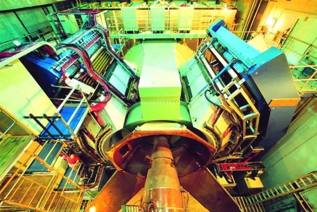 Existenci antihmoty teoreticky předpověděl již v roce 1928 slavný britský atomový fyzik Paul Dirac, definitivně byla potvrzena  v roce 1932 díky pozorování kosmického záření. Americkým vědcům se nedávno podařilo připravit zatím nejtěžší část antihmoty, těžké jádro antivodíku.