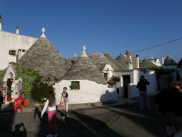 Desetitisícové jihoitalské městečko Alberobello se díky unikátnímu komplexu původních kamenných staveb, zvaných trulli, může pyšnit tím, že je už od roku 1996 zapsáno na seznamu světového kulturního dědictví UNESCO. Historie těchto staveb sahá podle některých archeologů až k mykénské kultuře, jiní prosazují teorii, že zvláštní jehlanovitý tvar staveb má svůj původ v hrobkách, budovaných už před tisíci lety na Středním východě.